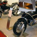 Standup expositor A4 para motos BMW.
