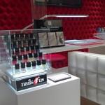 Expositor para vernizes nails4us com iluminação interior e fechadura.