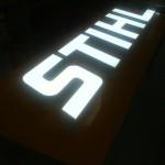Reclamo luminoso com letras monobloco metálicas lacadas e iluminação interior LED.