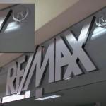 Logotipo Remax em acrílico recortado CNC e forrado com vinil.
