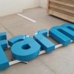 Pormenor de reclamo com letras monobloco metálicas lacadas.