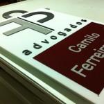 Placa acrílica com logotipo em acrílico com recorte CNC.