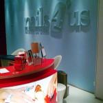 Loja nails4us com caixa de luz de efeito curvo.