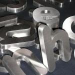 Pormenor letras monobloco em produção.