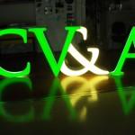 Letras monobloco autoportantes com iluminação interior LED.