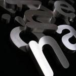 Letras monobloco em inox escovado.