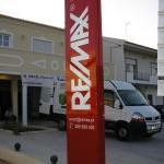 Monólito corporativo Remax, com iluminação interior.